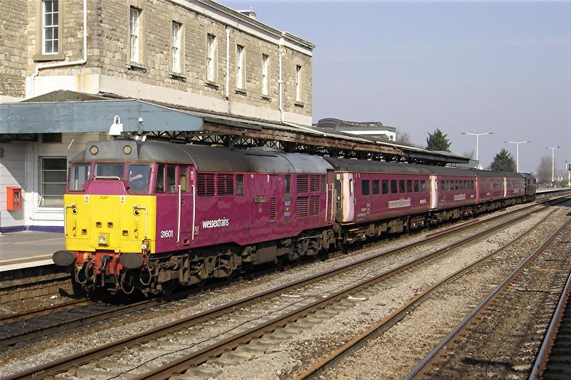 31601 14:23 Swindon to Southampton at Swindon 19/03/2005.