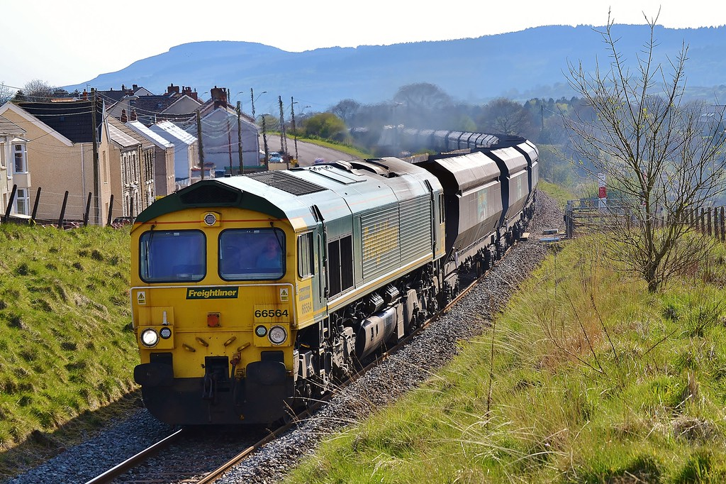 66564 4O11 Stoke Gifford to Onllwyn at Onllwyn 5/5/16.