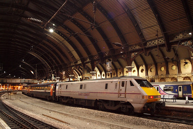 91130 in East Coast livery at York, under the great trainshed roof. 08/10/11.