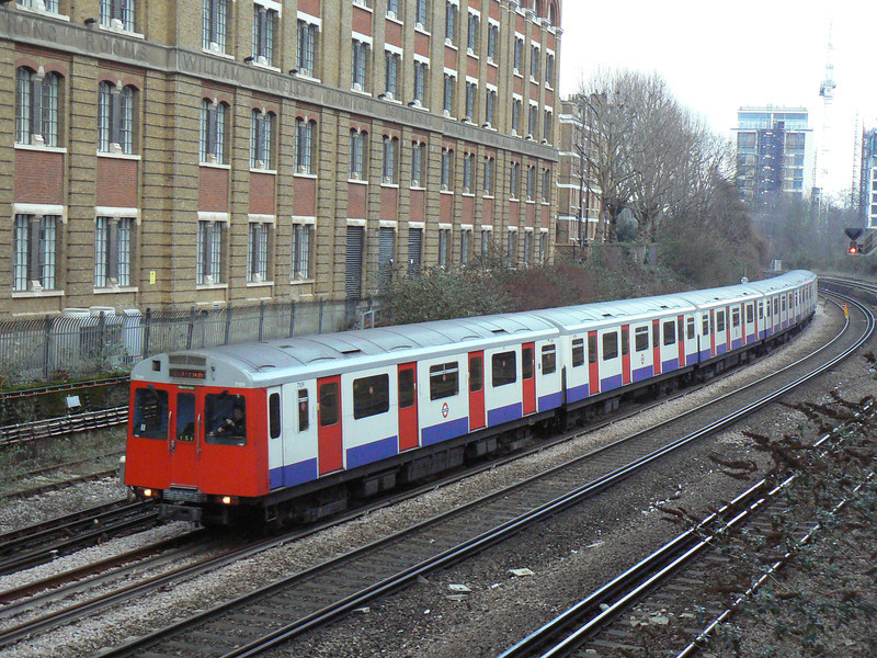 District line D Stock 7109 works the sundays only service from Kensington Olympia towards Earl's Court. This stock will start to be withdrawn early in 2014. Sunday 13th January 2013.