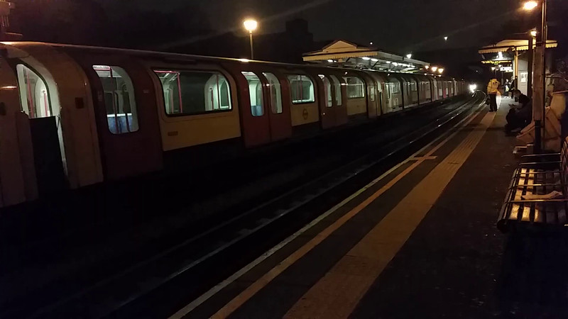 5 car 1962 stock 1570, 9691, 2440, 9441 and 1441 heads West through North Acton on time 21:29 on Train 489, Ruislip - White City - Ealing Broadway - North Acton - Ruislip sandite train. Wednesday 4th November 2015.