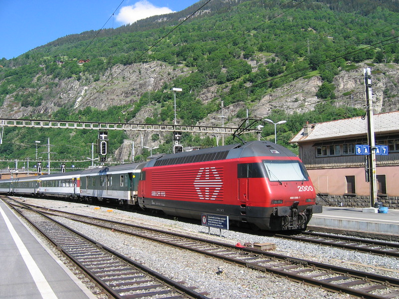 7 June 2004 :: SBB 460 096 departs from Brig propelling a westbound train
