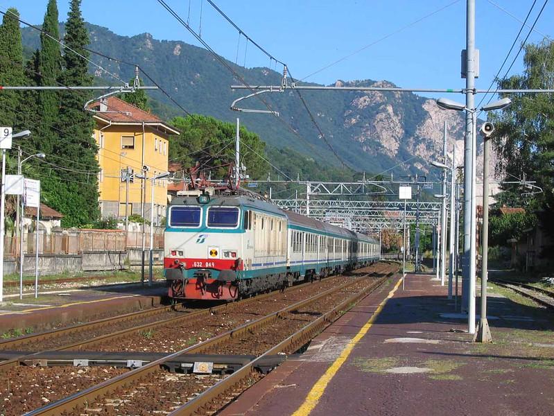 12 July 2005 :: Trenitalia Class 632 no. 632 049 leads a passenger train through Stresa