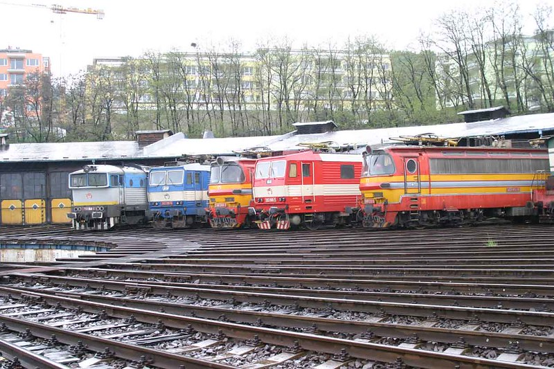 29 April 2006 :: Despite the pouring rain I made the best of the opportunity to go round the depot in Bratislava and clustered around the turntable was this group of locomotives