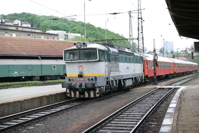 29 April 2006 :: ZSSK Diesel Class 754 no. 754 085 with a passenger train arriving at Bratislava hlavná stanica