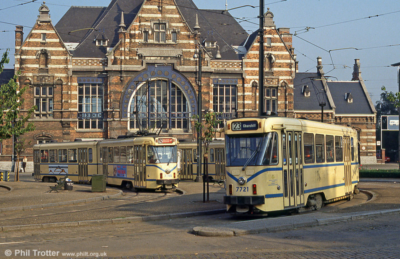 Cars 7721 and 7780 at Schaarbeek Station on 26th August 1991. The magnificent station building in Flemish Neo-Renaissance style was designed by architect Franz Seulen and built in two phases: the left wing around 1890, the main wing in 1913. The building was listed as a monument by the Brussels Capital Region in 1994.