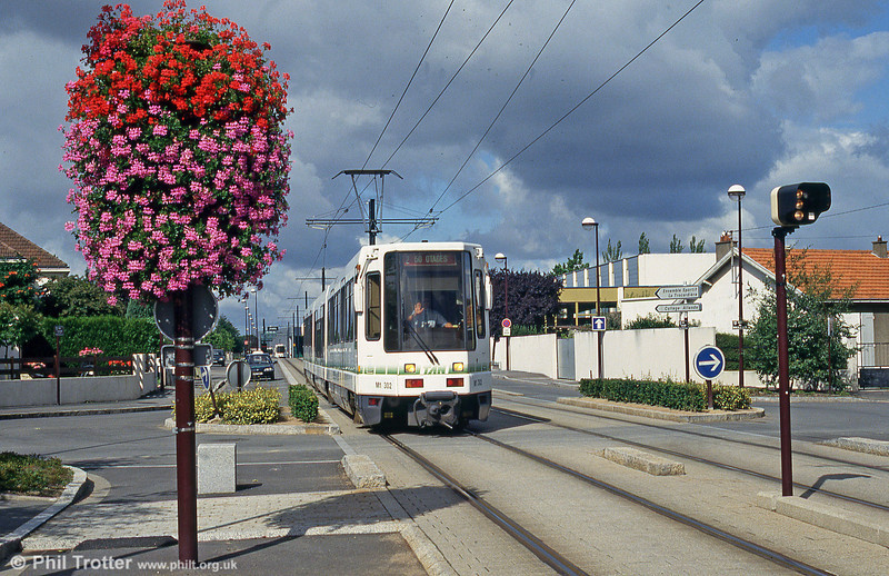 Car 302 at  Avenue d'Anjou on 26th July 1993.