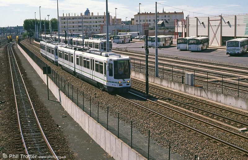 Car 302 passes Depot Hôpital Bellier on 29th August 1989.