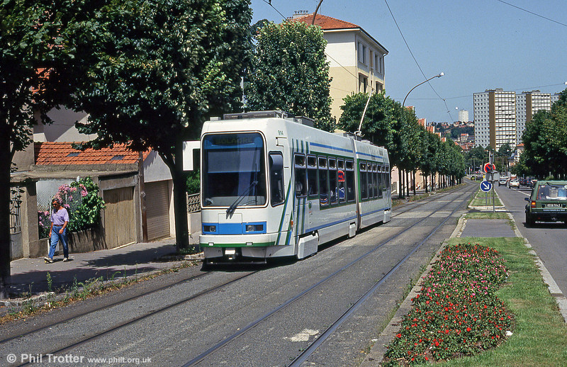 St. Etienne purchased the first fifteen of these new Alsthom/Vevey cars in 1991. 914 is seen at Solaure on 29th July 1993.