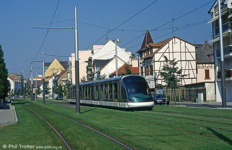 Car 1005 in Rue de l'Anneau in August 1995.