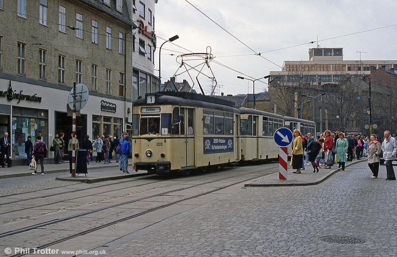 Another view of Jena 020 at the city's main tram stop at Holzmarkt.
