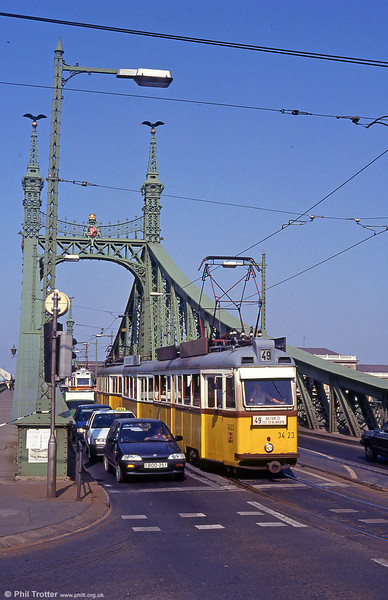 Budapest UV3 3423 crossing the Danube at Szabadság híd on 19th August 1992