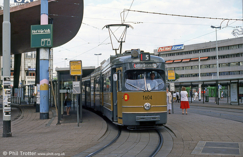 In 1982-86 24 articulated trams of the series 601-635 were extended with the centre sections of former 301-324 and 351-386. 1000 was added to the fleet numbers of the extended cars. Car 1604 is seen at Centraal Station on 7th August 1990.