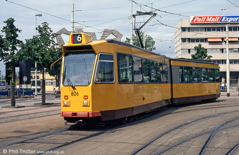 Car 802 at Molenlaan on 5th August 1990. In 1984-88, 801-850 were constructed using the bogies and electrical equipment of scrapped trams of the Düwag series 301-324, 351-386 and 607+617. Although they look similar to the 700 series, they are slightly shorter.