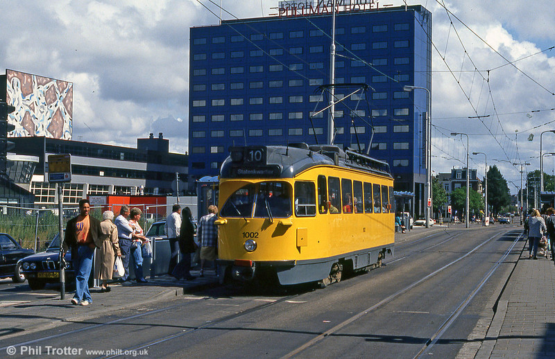Car 1002 at Spui on 6th August 1990. 1002,  which came into service in January 1950. was assembled from a kit from the United States and was identical to a series of PCCs for Detroit (Michigan). The PCC cars were part of the everyday scene in The Hague From 1949 to 1993, the final withdrawal from service coming in June 1993.