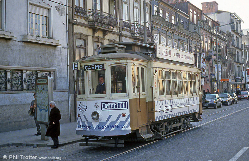 Oporto 221 at Avenida do Boavista, Boavista, on 26th November 1993.