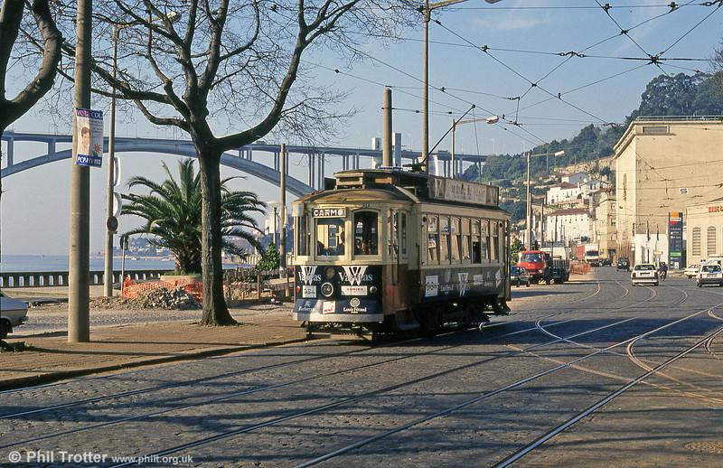 Oporto 213 at Rua da Ouro, Massarelos with the Ponte da Arribida in the background, on 26th November 1993.