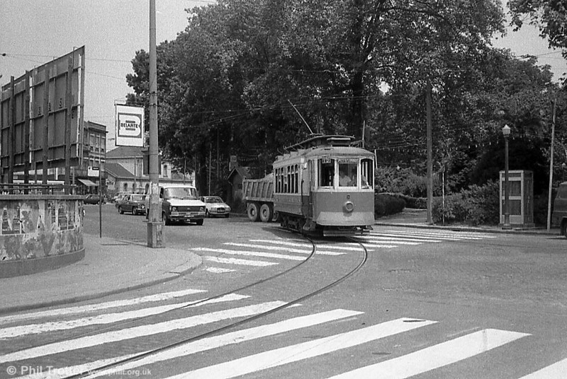 An unidentified Oporto car on the turning circle at Boavista in June 1983.