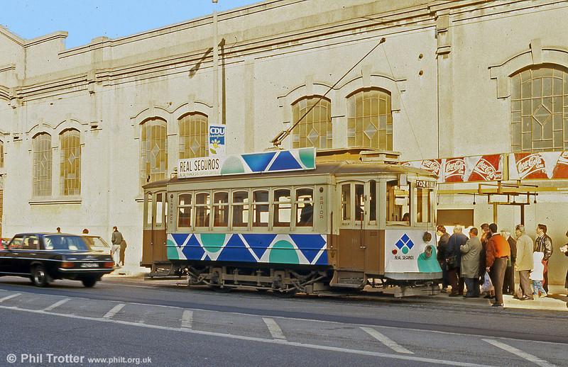 Oporto 222 loads up at Boavista Terminus, Avenida do Boavista, on 26th November 1993.