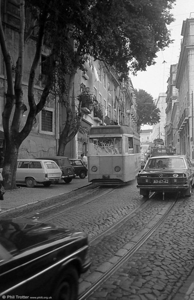 Lisbon rebuilt 486 negotiates the traffic on Graca route 11.
