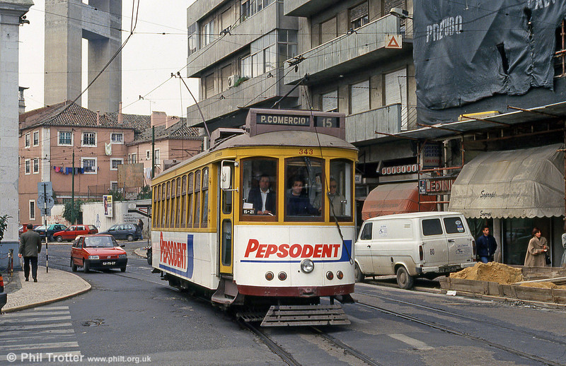 Car 343 at Largo Calvário on 23rd November 1993. 343 to 362 were constructed by John Stephenson & Co, a subsidiary of Brill. They had four motors instead of two and entered service in 1907.