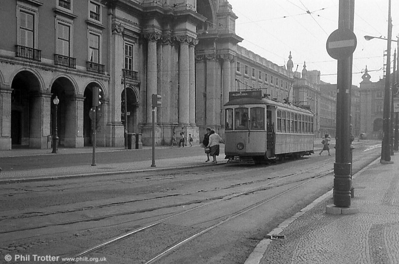 Lisbon bogie car 326 at Praça do Comércio. (Photo first published in Lambeth Archives & Ethnic Minority Achievement Team's community education booklet, 'One Foot in each Land', 2006. ISBN 0-9543173-4-3)
