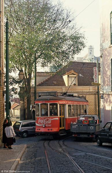 Car 721 squeezes through the junction of Escolas Gerais and Rua das Escolas Gerais on 25th November 1993. Note the interlaced track.