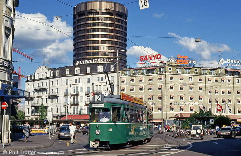 The rotunda towers incongruously over car 640 at the Hauptbahnhof on 31st July 1993.