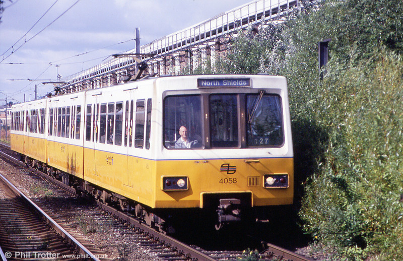 4058 at Walkergate on 4th September 1990. Note the original Tyne & Wear PTE logo on the front.