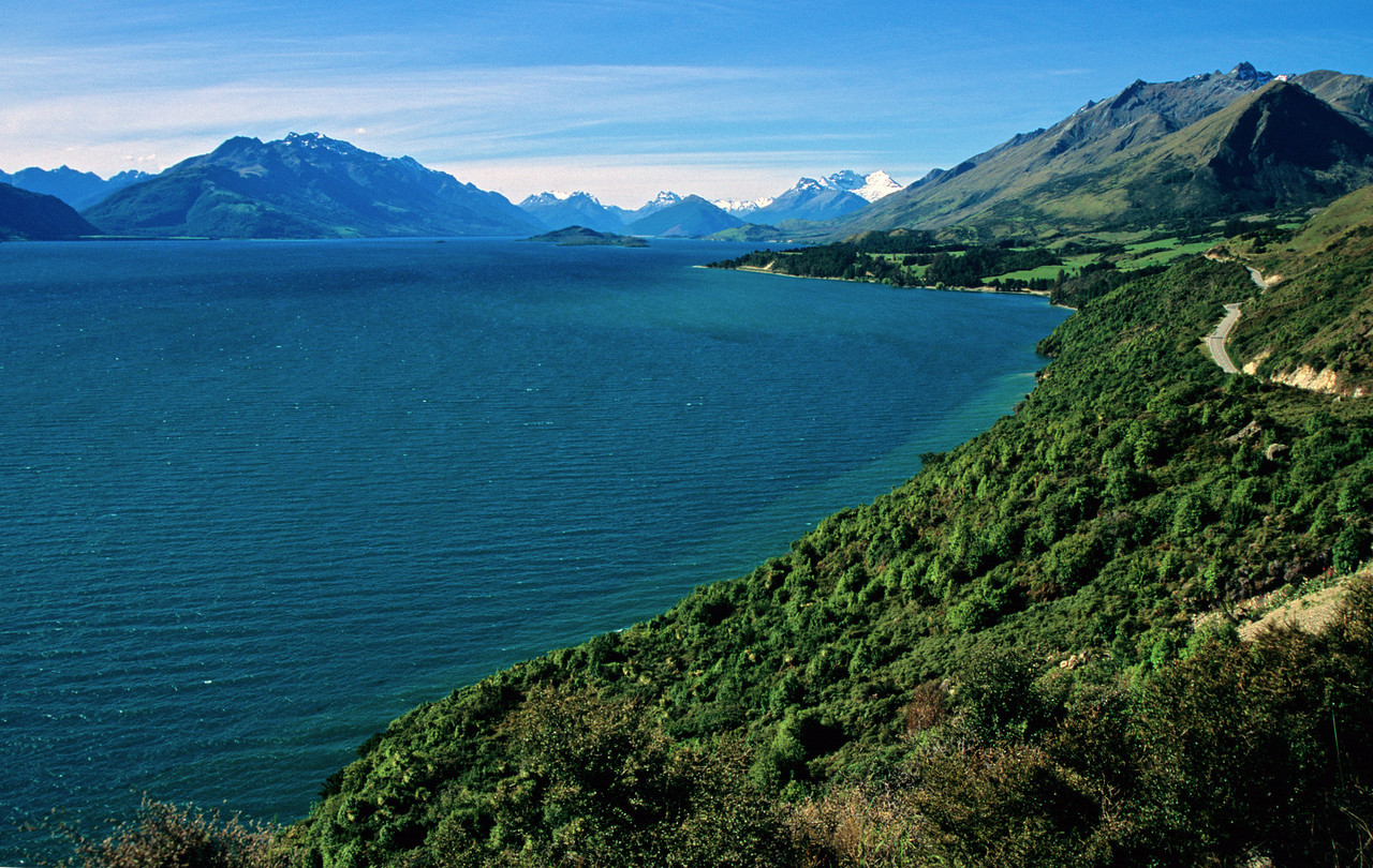The road up Lake Wakatipu