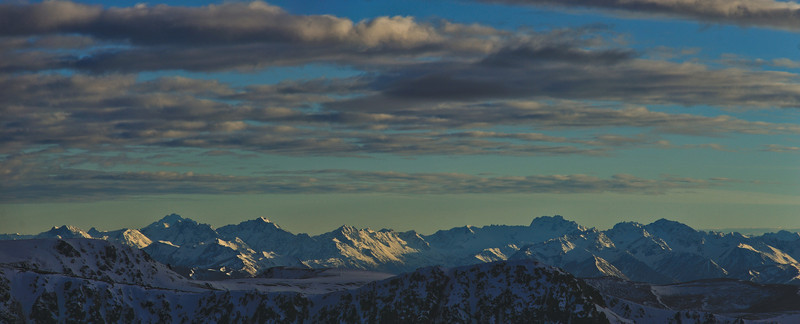 Panorama from Mt St Bathans. The prominent peaks on the skyline are, from left to right, Mt Brewster, Highlander Peak, Mt Barth, Mt St Mary