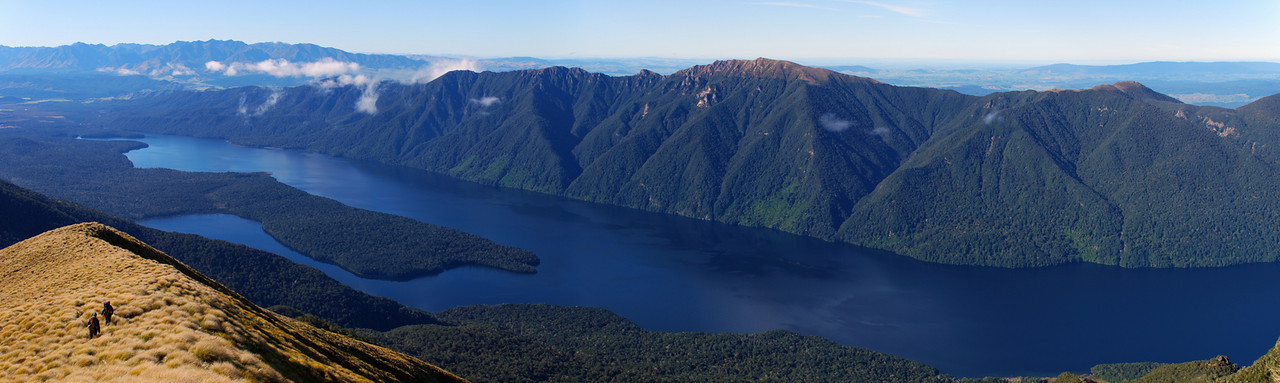 Descending towards Rodger Inlet, Lake Monowai. Hindley Peak is at centre image; the Takitimu Mountains are on the far left