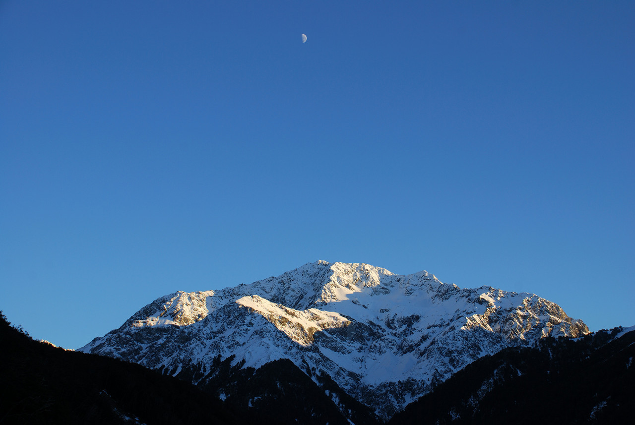 Moon above Mt Gizeh's outlier 2104m, Avoca River