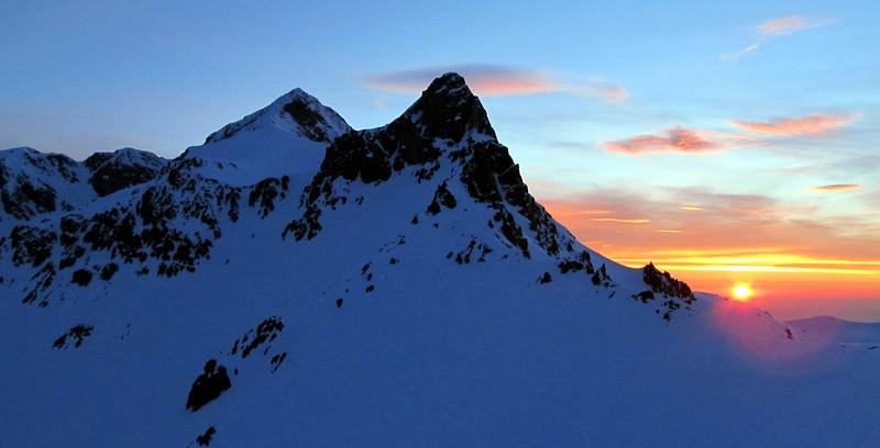 Sunrise over the Tapuae-o-Uenuku-Alarm ridge.