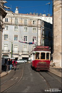 8 runs uphill along Largo da Sé outside the Lisbon Cathedral, or Church of Santa Maria Maggiore, on 22/11/2016 with a Hills Tramcar Tour.