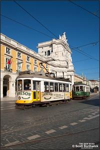 543 runs through the Praça do Comercio working a service to Aluguer on 22/11/2016.