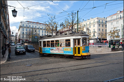 559 leaves the Praça Luís de Camões working an E28 service to Praça do Martim Moniz on 22/11/2016.