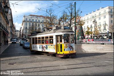 560 leaves the Praça Luís de Camões working an E28 service to Praça do Martim Moniz on 22/11/2016.