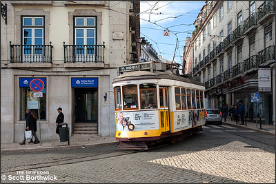 560 arrives at the Praça Luís de Camões working an E28 service to Praça do Martim Moniz on 22/11/2016.