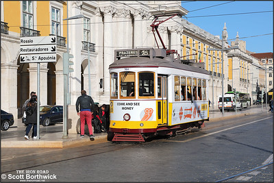 564 calls at Praça do Comércio with a No.25 service to Prazeres on 13/11/2017.