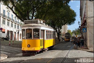 566 works an E12 service to Praça da Figueira along Largo de Santo António da Sé on 21/11/2016.