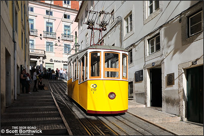 Ascensor da Bica car No.1 awaits its next run down the Rua da Bica de Duarte Belo at 1405 on 13/11/2017.