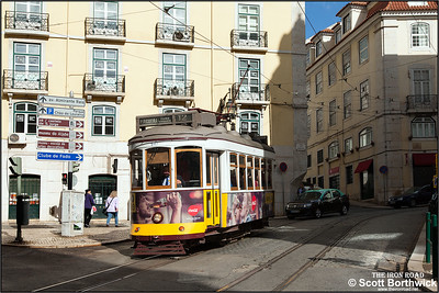 547 works an E12 service to Praça da Figueira along Rua Santo António da Sé near the Igreja da Madalena church on 21/11/2016.