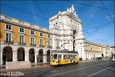 564 calls at the Praça do Comercio whilst working an E15 service to Belem on 19/11/2016.
