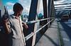 Enfant jouant sur un pont de la Trans-Sumatra. Ile de Sumatra/Indonésie