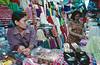 Vendeuses dans un marché de Medan. Ile de Sumatra/Indonésie