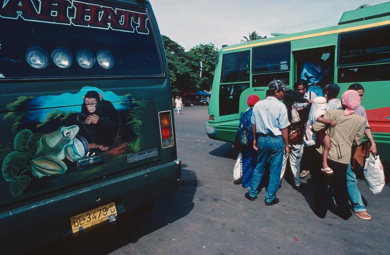 Passagers se pressant à l'entrée d'un bus dans la gare routière de Bandar Lampung. Ile de Sumatra/Indonésie