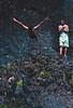 Jeune homme plongeant du haut d'une cascade dans les environs de Bukittinggi. Ile de Sumatra/Indonésie