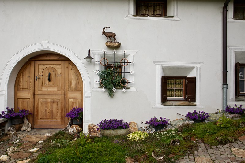 A house near the entrance to the village of Seraplana.