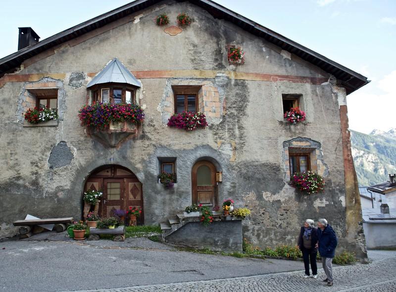 Admiring the houses of Tschlin.
